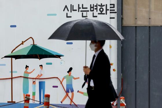 22일 서울 서초구 서울중앙지방검찰청 앞에서 시민이 우산을 쓰고 있다. 뉴시스