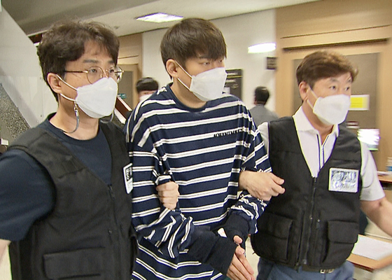 지난 3일 영장실질심사를 마치고 법정을 나서는 윤성환(왼쪽에서 두 번째) [연합뉴스]