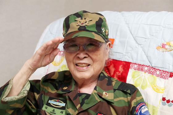 6·25 전쟁 중 미 육군 25사단 첩보원으로 참전했던 심용해 할머니가 지난 22일 경기도 수원 보훈복지타운아파트에서 취재진을 맞으며 거수 경례를 하고 있다. 김상선 기자