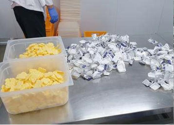 지난해 7월 G사 사내 메일을 통해 공유된 '1회용 버터 뜯기 작업' 추정 사진. [G사 직원 제공]