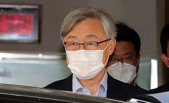 최재형 감사원장이 23일 오후 서울 종로구 삼청동 감사원에서 퇴근하고 있다. 뉴스1