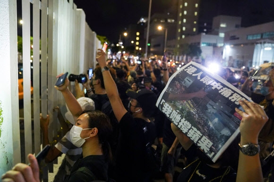 홍콩 시민들이 24일 새벽 빈과일보 사옥 앞에 몰려와 마지막으로 발간된 신문 1면을 펼쳐 보이며 그동안의 노고를 치하하고 있다. [로이터=연합뉴스]