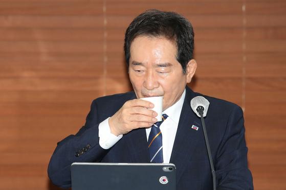 대선 출마를 선언한 정세균 전 총리가 22일 오후 서울 중구 프레스센터에서 열린 한국기자협회 초청 토론회에 참석해 물을 마시고 있다. 오종택 기자