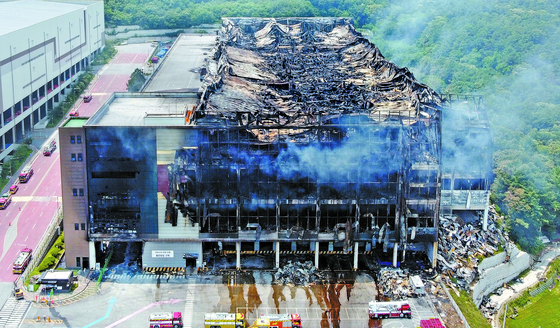 Firefighters are working to extinguish the fire at the Coupang Deokpyeong Logistics Center in Icheon.  News 1