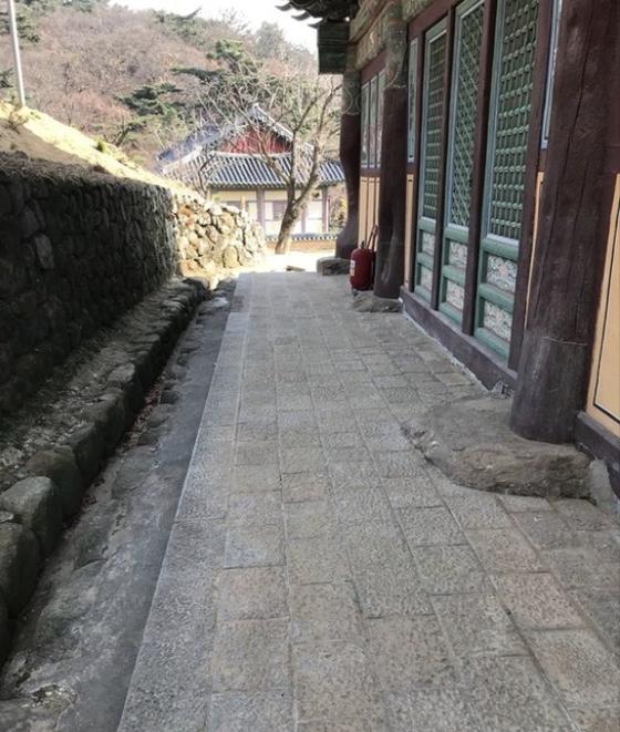 대구 팔공산에 위치한 동화사 대웅전 뒤뜰 [중앙포토]