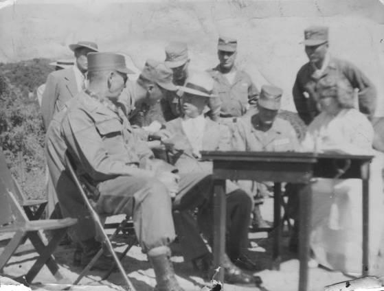 6·25 전쟁 직후 포로교환 모습으로 1953년 포로교환 과정에서 이승만 대통령(앞줄 가운데)과 밴플리트 장군(앞줄 왼쪽)의 모습. [육군 제공]