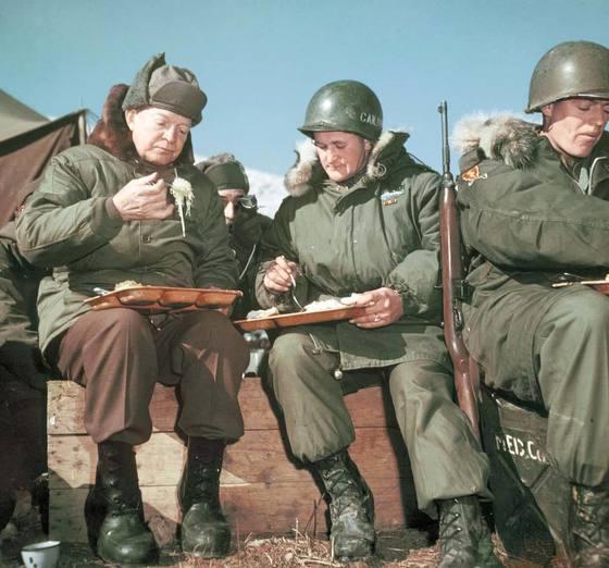 1952년 12월 4일 서울 근교에서 전투 중인 제3보병사단 15연대 사병들과 식사 중인 아이젠하워 대통령 당선인(맨 왼쪽). 사진 아이젠하워기념관