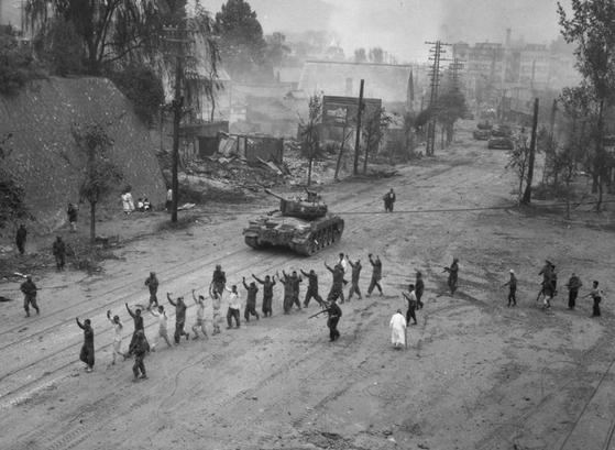1950년 9월 인천상륙작전 이후 서울 도심에서 저항하던 북한 인민군을 생포한 모습. 사진 Wikipedia