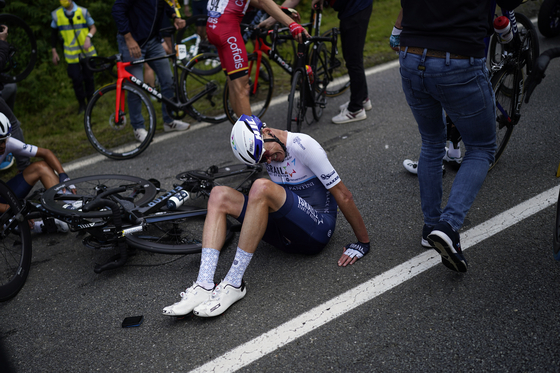 British player Chris Froome sits on the road during the Tour de France 2021 in France on the 26th (local time).  AP = Yonhap News