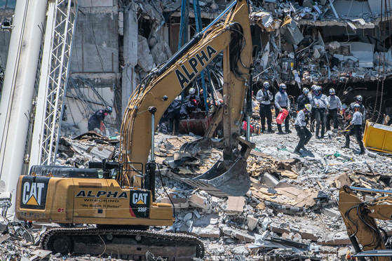 Cranes and other heavy equipment are used to clear debris from the collapse of an apartment building in Miami, Florida, USA. [AFP=연합뉴스]
