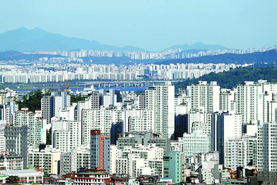 서울 남산에서 바라 본 남서쪽 전경. 용산과 목동·김포한강신 도시 등지에 고층아파트들이 빼곡히 들어서있다. [연합뉴스]