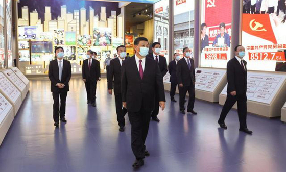 시진핑 중국 국가주석(가운데)이 지난 18일 정치국 상무위원들과 함께 중공역사전람관을 참관하고 있다. [중국CCTV 캡처]