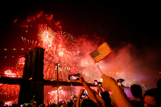 """지난 2019년 7월 4일 미국 뉴욕에서 열린 독립기념일 불꽃놀이 행사. 올해도 각 주에서 열릴 예정이지만, 현재 코로나19 백신 접종 속도가 가장 빠른 버몬트주 내 여러 지역에선 오히려 """"시기상조""""라며 행사를 취소했다. [로이터=연합뉴스]"""