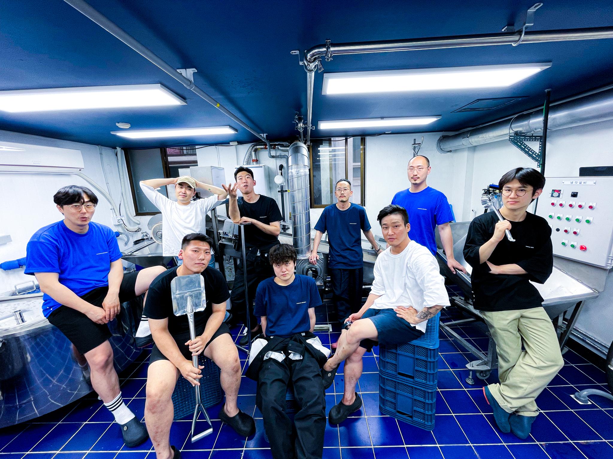 서울 성수동의 양조장 한강주조에서 일하는 고성표 대표와 직원들. 한강주조