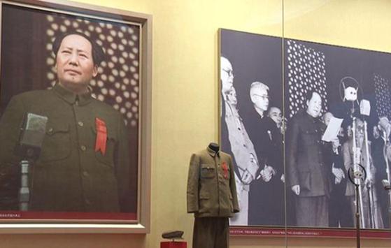 1949년 10월 1일 베이징 천안문 성루에 올라 중화인민공화국 건국을 선포하는 마오쩌둥의 모습. [중국CCTV 캡처]