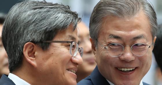 문재인 대통령(오른쪽)과 김명수 대법원장이 대화하겨 웃고 있다. [연합뉴스]