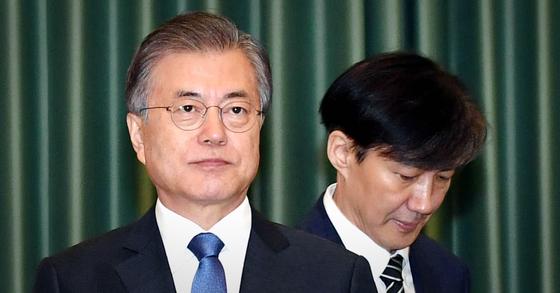 문재인 대통령(왼쪽)은 2019년 9월 당시 조국 법무부 장관에게 임명장을 수여했다. [청와대사진기자단]
