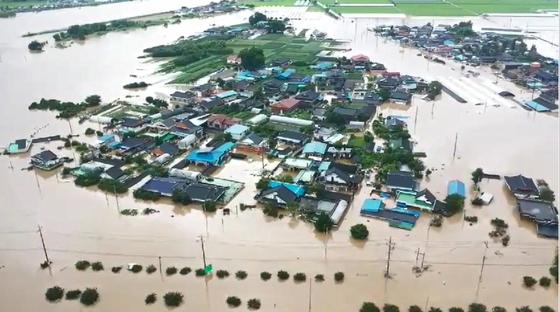 지난해 8월 5일 폭우로 한탄강이 넘쳐 강원 철원군 동송읍 이길리 일대가 침수됐다. [연합뉴스]
