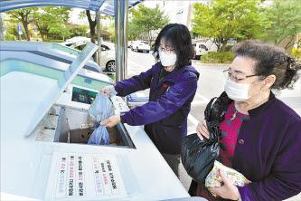 삼산3휴먼시아에 설치된 음식물류폐기물 감량화기기(왼쪽)와 아이스팩 재사용 사업을 위한 수거함.