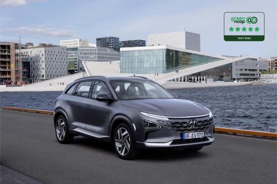 수소차로 개발된 현대차 넥쏘가 에너지 효율과 배출 가스량을 기준으로 차량을 평가하는 유럽의 독립 기구 '그린 앤캡'(Green NCAP)으로부터 최고등급인 별 5개를 획득했다. [연합뉴스]