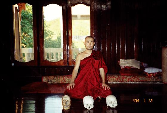 미얀마 밀림 속으 파욱 명상센터에서 각산 스님이 해골을 바라보며 육신의 무상함을 명상하는 백골관 명상 수행을 하고 있다. [사진 참불선원]