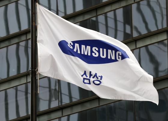 서울 서초구 삼성전자 서초사옥에 삼성 깃발이 바람에 펄럭이고 있다. 삼성은 올해 1분기 디스플레이 비수기와 반도체 실적 감소에도 불구하고 스마트폰과 소비자가전 부문의 수익성 개선으로 영업이익이 큰 폭으로 올랐다. [뉴시스]