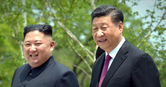 김정은 북한 국무위원장(왼쪽)과 시진핑(習近平) 중국 국가주석. 사진은 지난 2019년 6월 21일 평양 금수산영빈관에서 산책하는 모습. 연합뉴스