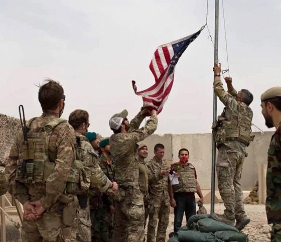 지난달 2일(현지시간) 아프가니스탄 헬만드주 미군기지에서 성조기가 내려지고 있다. [AP=연합뉴스]