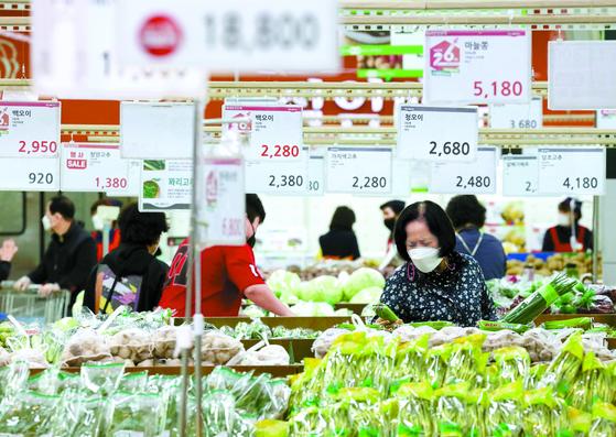 하나로마트 양재점 채소 코너에서 장을 보는 시민들. 연합뉴스