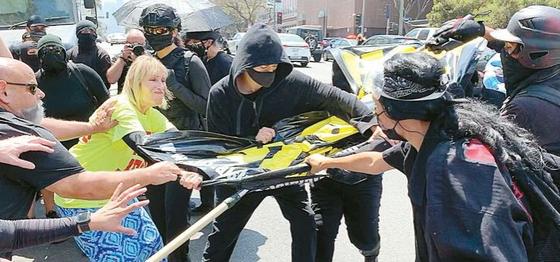미국 캘리포니아주 로스앤젤레스 한인타운에서 벌어진 트랜스젠더 찬반 시위. 미주 중앙일보 김상진 기자