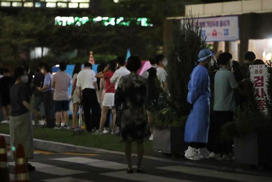 7일 오후 서울 송파구 보건소 코로나19 선별진료소에서 시민들이 검사를 기다리고 있다. 연합뉴스