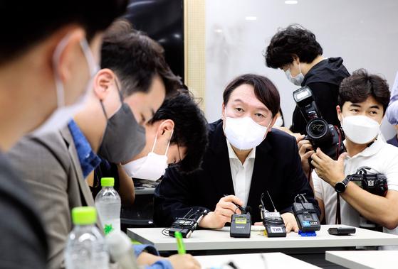 윤석열 전 검찰총장이 지난 6일 대전 유성구 한국과학기술원(KAIST)에서 열린 '탈원전 반대 2030 의견청취' 간담회에 참석해 원자핵공학과 석?박사 과정 학생들과 의견을 나누고 있다. 뉴시스