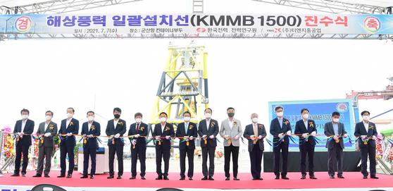 7일 한국전력은 군산항에서 해상풍력 발전기 일괄설치선 진수식을 가졌다. 한국전력