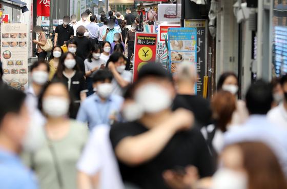 지난달 29일 오후 서울 명동거리에서 점심시간 직장인들이 발걸음을 옮기고 있다. 뉴스1