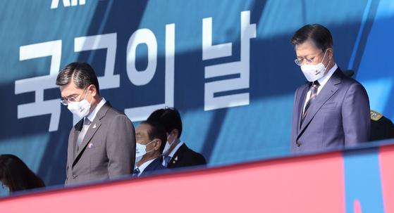 지난해 9월 25일 열린 제72주년 국군의 날 기념식에 참석한 문재인 대통령(오른쪽)과 서욱 국방부 장관이 순국선열 및 호국영령에 대한 묵념을 하고 있다. 사진 연합뉴스