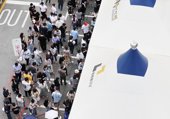 신종 코로나바이러스 감염증(코로나19) 신규 확진자가 1212명으로 폭증한 7일 오전 서울 강남구보건소에서 시민들이 검사를 받기 위해 줄 서 있다. 뉴스1