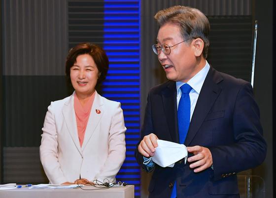 6일 오후 서울 마포구 상암 MBC 방송센터에서 열린 더불어민주당 합동 TV토론회에 앞서 이재명 후보가 추미애 후보와 대화를 나눈 뒤 자리로 돌아가고 있다. 뉴스1