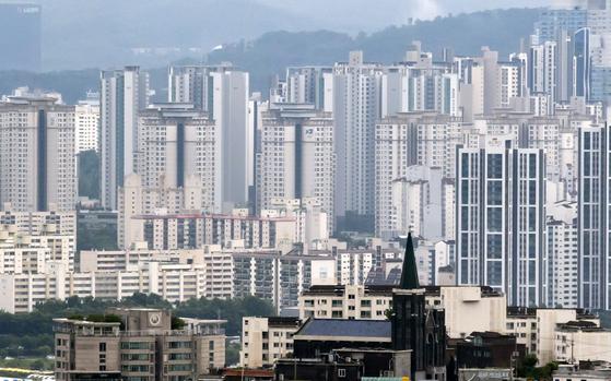 지난 4일 KB국민은행 월간 주택가격 동향 시계열 통계에 따르면 수도권(서울·경기·인천) 아파트값은 올해 상반기에 12.97% 올라 역시 작년 연간치(12.51%)를 뛰어넘었다. 상반기 기준으로 2002년(16.48%) 이래 19년 만에 최고 상승률이다. 사진은 이날 오후 남산에서 바라본 서울 시내 모습. [연합뉴스]