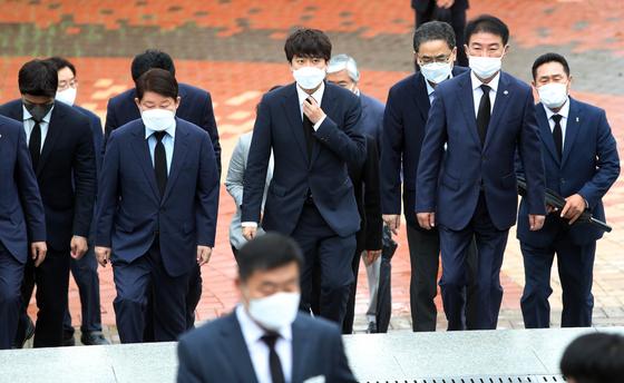 국민의힘 이준석 대표가 7일 오전 대구를 방문해 국립신암선열공원을 참배하고 있다. 연합뉴스