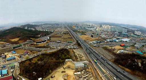 경기도 용인 플랫폼시티 부지 전경. 가운데를 경부고속도로가 지난다. 용인시