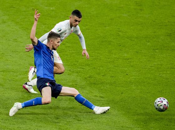 7일 열린 유로 2020 준결승에서 스페인의 공을 가로채는 이탈리아 조르지뉴. [AP=연합뉴스]