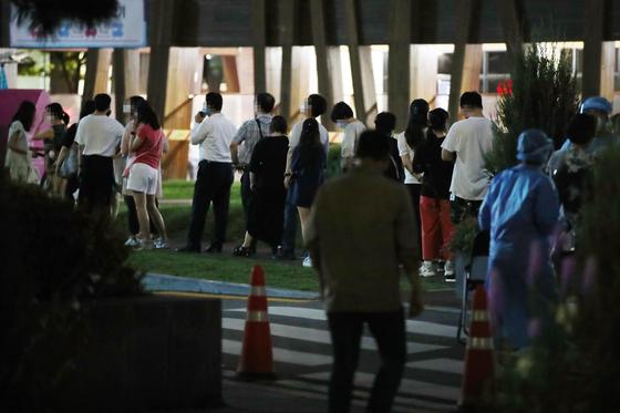 붐비는 야간 선별진료소   . 7일 오후 서울 송파구 보건소 코로나19 선별진료소에서 시민들이 검사를 기다리고 있다. 연합뉴스