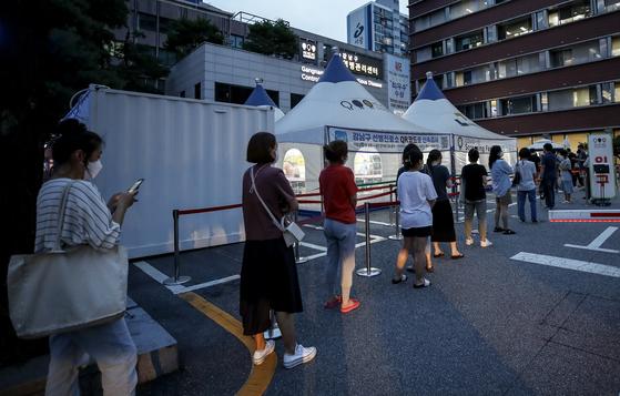 7일 오후 서울 강남구보건소 선별진료소를 찾은 시민들이 검사를 받기 위해 줄 서고 있다. 뉴시스