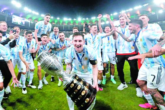 아르헨티나 주장 리오넬 메시(가운데)를 비롯한 선수들이 코파 아메리카에서 우승한 후 환호하고 있다. [AP=연합뉴스]