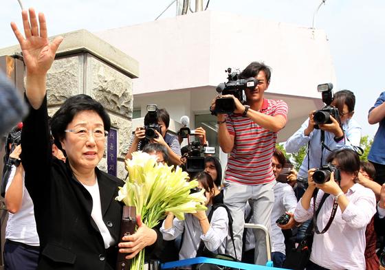 2015년 8월 24일 한명숙 전 국무총리가 서울구치소에 수감되기 직전 지지자들에게 인사하고 있다. 중앙포토