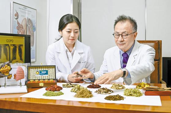 영동한의원 김수정 진료원장(왼쪽), 김남선 원장이 COPD 치료에 쓰이는 약재를 확인하며 칵테일 한방 복합요법을 논의하고 있다. 김동하 객원기자