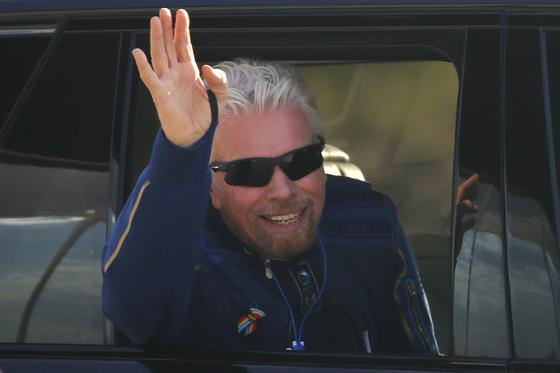 리처드 브랜슨이 우주센터에서 이륙하기 전에 사람들에게 손을 흔들고 있다. [로이터=연합뉴스]