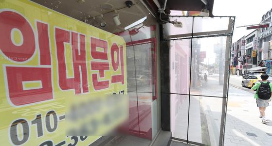 사회적 거리두기 4단계가 적용된 12일 서울 서대문구 한 상가에 임대 광고가 붙어 있다. 뉴스1.