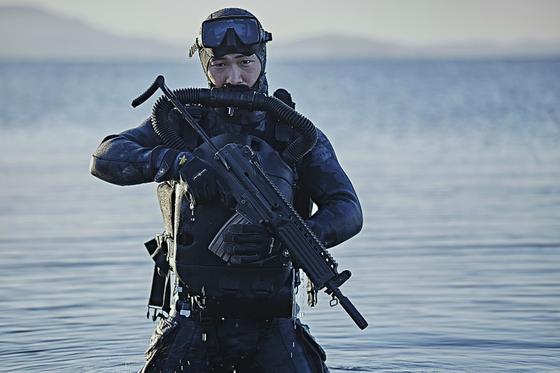 해병대 특수수색대 대원이 해안으로 침투하고 있다. 사진 국방부