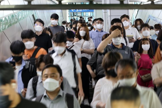 수도권 '사회적 거리두기 4단계'가 시작된 12일 오전 서울 신도림역에서 시민들이 이동하고 있다. 연합뉴스